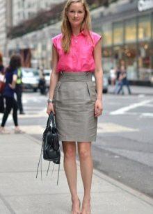 Серая юбка карандаш в сочетание с розовой блузой