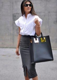 Серая юбка карандаш с белой блузкой с коротким рукавом