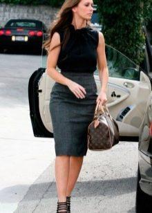 Серая юбка карандаш с черной блузой безрукавкой - деловой образ