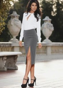 Серая юбка карандаш с разрезом по бедру в сочетание с белой блузкой с длинным рукавом
