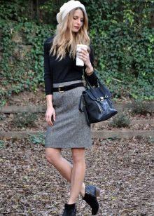 Серая юбка карандаш в сочетание с черной водолазкой и белым беретом