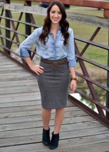 Серая юбка карандаш в сочетание с кожаным ремешком и джинсовой рубашкой