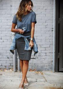 Серая юбка карандаш в сочетание с футболкой