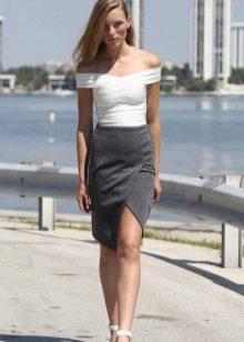 Серая юбка карандаш с разрезом впереди для девушек с фигурой типа перевернутый треугольник