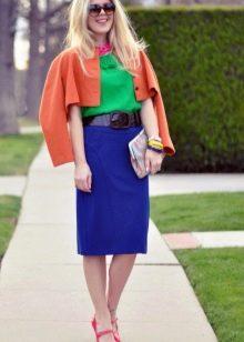 Синяя юбка карандаш в сочетание с ярким верхом