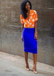 Синяя юбка карандаш в сочетание с оранжевой блузкой