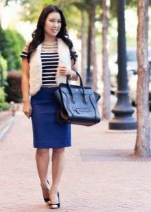 Синяя юбка карандаш в сочетание с туфлями на каблуке