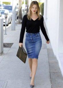 Синяя юбка карандаш из денима для повседневного образа