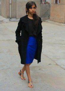 Синяя юбка карандаш в сочетание с босоножками на каждый день