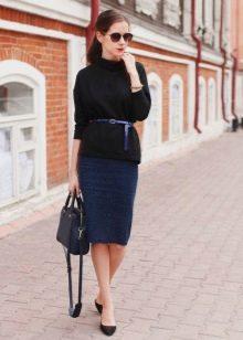 Синяя юбка карандаш в сочетание с объемным свитером