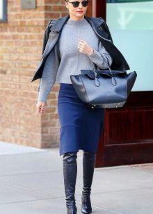 Синяя юбка карандаш в сочетание с кожаной курткой и сапогами