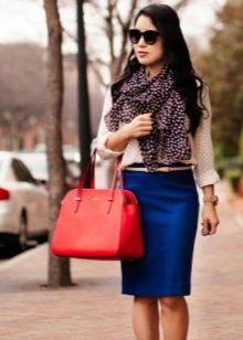 Синяя юбка карандаш в сочетание контрастными аксессуарами