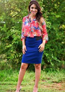 Синяя юбка карандаш в сочетание с красной рубашкой в цветной принт