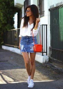 джинсовая юбка в спортивном стиле