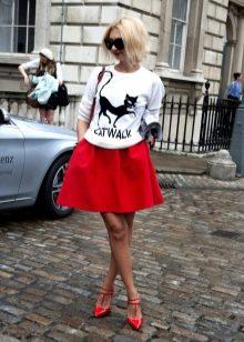 красная юбка в спортивном стиле