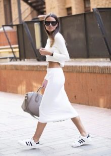 белая спортивная юбка на весну