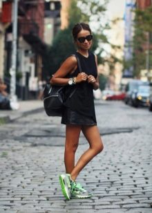 короткая спортивная юбка в городском стиле