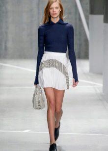 светлая спортивная юбка в городском стиле