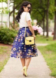 Синяя юбка из органзы с принтом в сочетании с туфлями лодочками