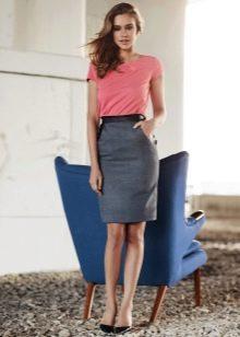 серая юбка-карандаш средней длины
