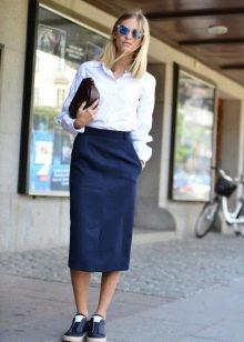 темно-синяя юбка-карандаш в повседневном образе