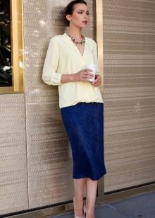 ярко-синяя юбка-карандаш средней длины