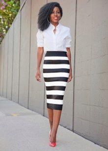 юбка-карандаш средней длины в черно-белую полоску