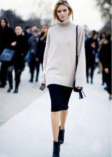 юбка-карандаш средней длины со свободным свитером