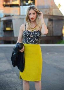 яркая юбка карандаш в сочетании с топом