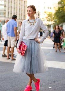 юбка-солнце из фатина с кроссовками