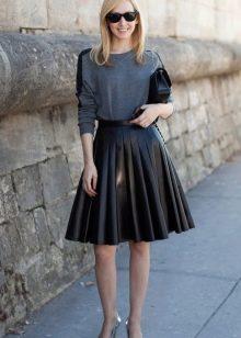 черная юбка-солнце из кожи