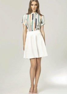белая юбка-солнце выше колена