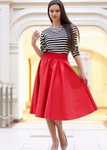 красная юбка-солнце ниже колена