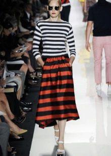 юбка в оранжево-черных полосах