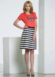 полосатая юбка в сочетании с футболкой