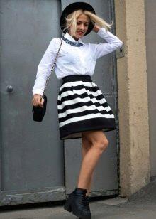 Полосатая юбка в сочетании с однотонной блузой