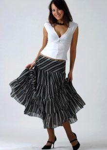 Полосатая юбка в сочетании с белым топом