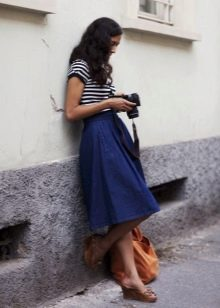 Пышная синяя юбка ниже колена