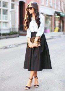 Пышная черная юбка ниже колена