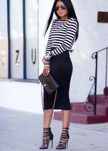 Черная обтягивающая юбка ниже колена