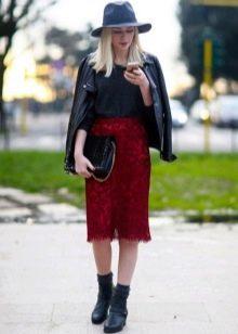 Красная прямая юбка ниже колена
