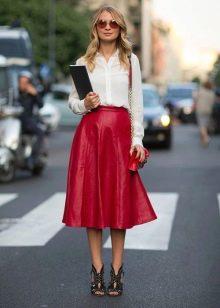 Красная кожаная юбка ниже колена
