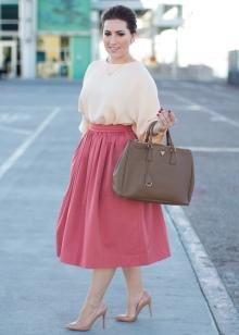 Розовая пышная юбка ниже колена в сочетание с персиковой блузой