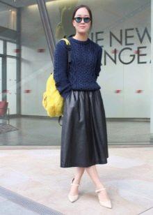 Кожаная  юбка ниже колена в сочетание со свитером