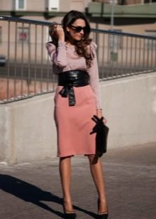 Персиковая юбка карандаш ниже колена