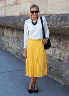 Желтая юбка ниже колена в сочетание с белой блузой