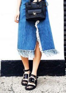 Джинсовая юбка с бахромой средней длины
