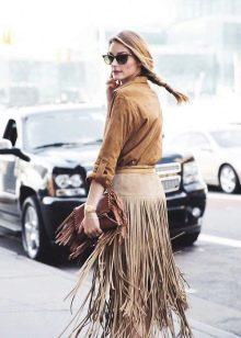 Замшевая песочная юбка с бахромой