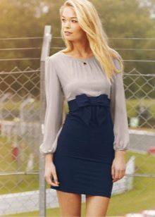 Синяя юбка с бантом в сочетании со светло-серой блузой