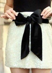 Белая короткая юбка с бантом черного цвета